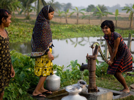 Children collecting water from the stand-pipe